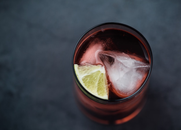 Coquetel de bebida vermelha no copo de vidro Foto gratuita