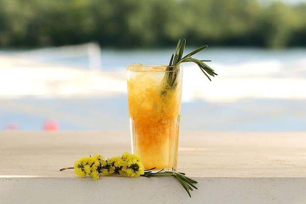 Coquetel de laranja em um copo. com decoração de flores Foto Premium