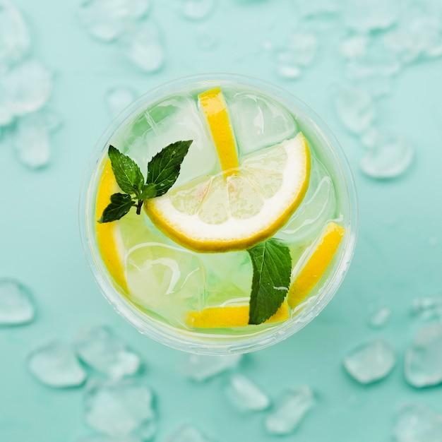Coquetel de limão com cubos de gelo Foto gratuita