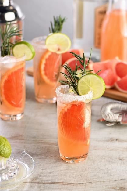 Coquetel de limão e alecrim fresco combinado com suco de toranja fresco e tequila Foto Premium