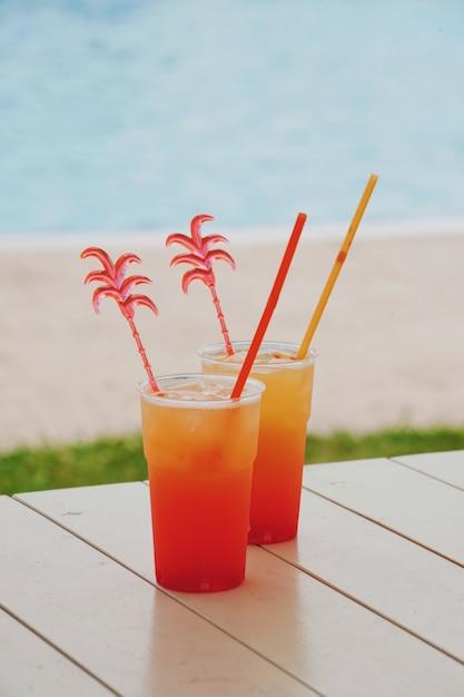 Coquetel de verão no parque aquático em férias Foto Premium