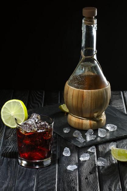 Coquetel frio com vodka, licor de limão e café e a garrafa Foto Premium