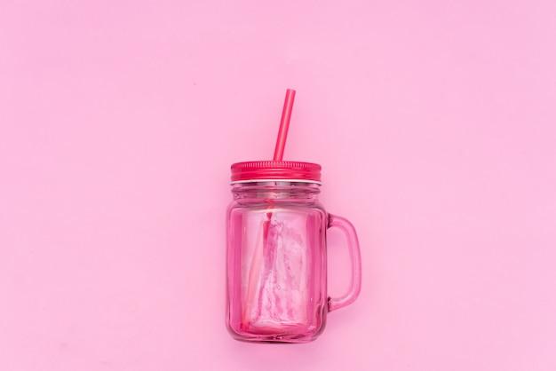 Coquetel na caneca rosa de mason em fundo amarelo com conchas Foto Premium