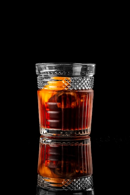 Coquetel preto fundo menu layout restaurante bar vodka wiskey tônico negroni Foto Premium