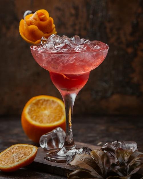 Coquetel vermelho gelado com flor de laranjeira Foto gratuita