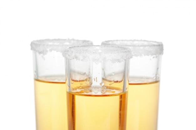 Coquetel vodka, gin, tequila isolado Foto Premium