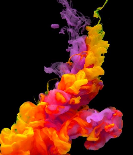 Cor acrílica dissolvendo-se em água Foto gratuita