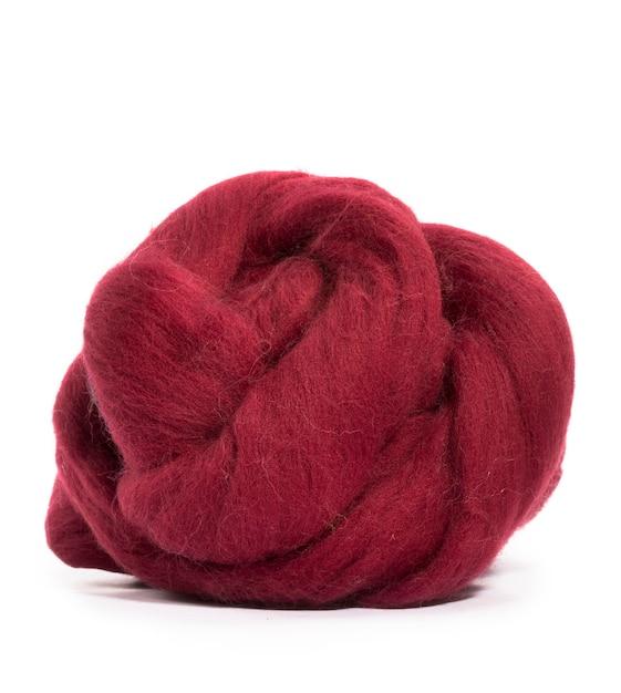 Cor de borgonha de lã merino hank sobre um fundo branco Foto Premium