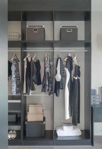 Cor escura criada guarda-roupa para senhora Foto Premium