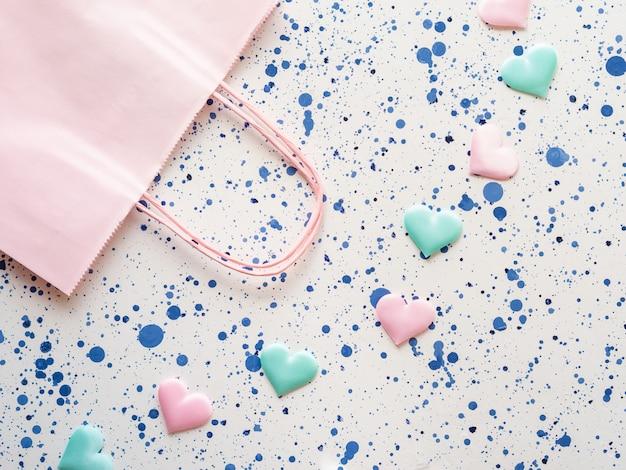 Cor pastel corações e sacola de compras Foto Premium