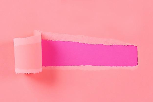 Cor rasgada papel embrulhado com espaço para mensagem. buraco rasgado no papel em segundo plano. copie o espaço Foto Premium