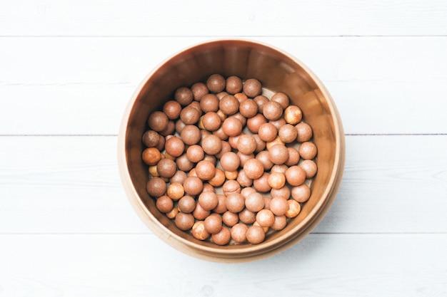 Cora bolas no frasco cosmético sobre um fundo claro. Foto Premium