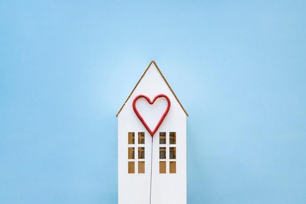 Coração bonito na casa de brinquedo Foto gratuita