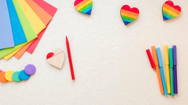 Coração de arco-íris com canetas de feltro e papel colorido Foto gratuita