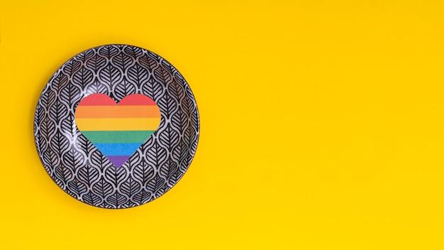 Coração de arco-íris no disco voador como sinal de lgbt Foto gratuita