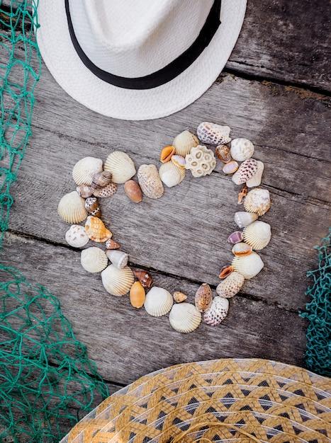 Coração de conchas do mar. Foto Premium