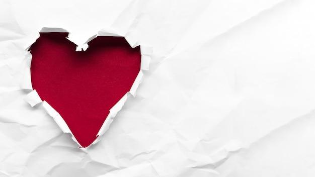 Coração de cópia-espaço vermelho sobre fundo branco Foto gratuita
