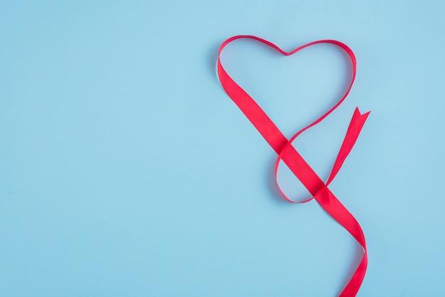 Coração de fita vermelha Foto gratuita
