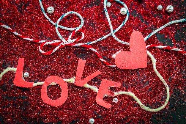 Coração de lantejoulas em um feriado de conceito de dia dos namorados preto Foto gratuita