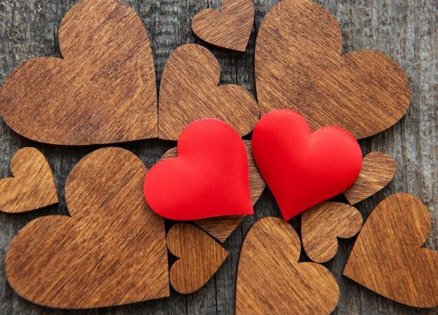 Coração de madeira vermelho em um coração de madeira Foto Premium