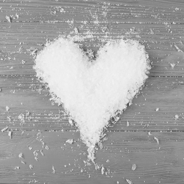 Coração de neve decorativa na mesa de madeira Foto gratuita