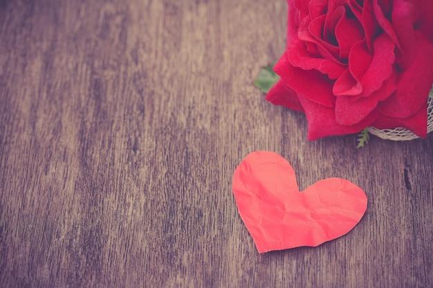 Coração de papel com levantou-se Foto gratuita