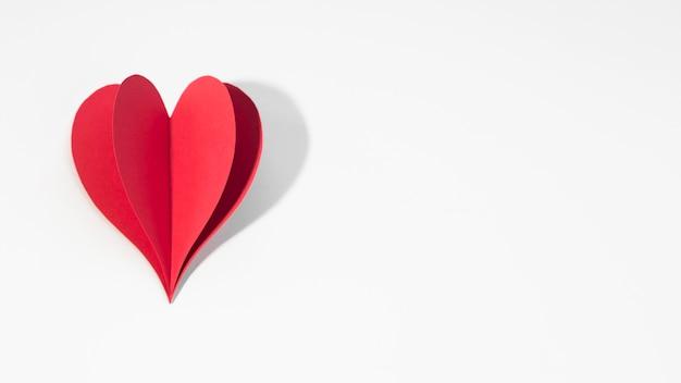 Coração de papel vermelho cópia espaço na mesa Foto gratuita