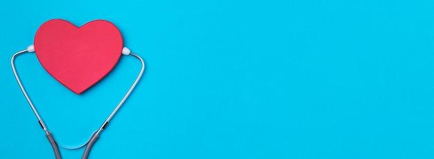 Coração de vista superior com estetoscópio médico Foto gratuita