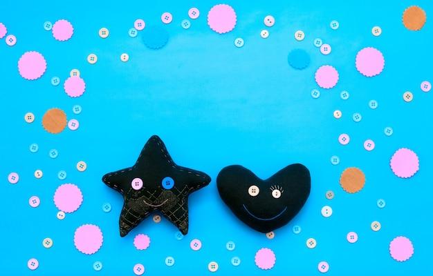 Coração e estrela do brinquedo de matéria têxtil em um fundo festivo. Foto Premium