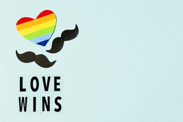 Coração em cores do arco-íris com símbolos de bigodes Foto gratuita