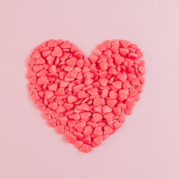Coração em forma de doces formando grande coração Foto gratuita