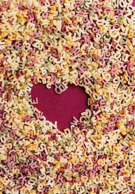 Coração feito de letras de massa Foto gratuita
