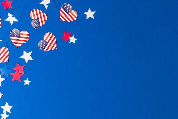 Coração forma eua bandeiras e estrelas no fundo azul Foto gratuita