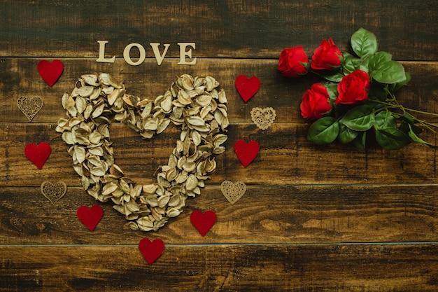 Coração marcado com pétalas secas Foto Premium