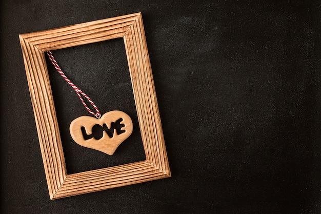 Coração na moldura de madeira na lousa Foto Premium