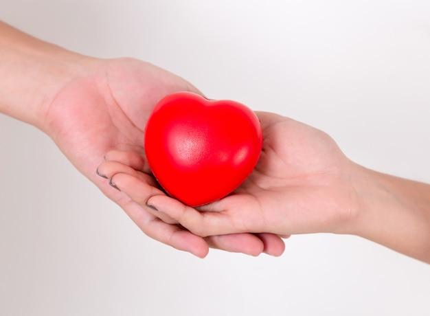 Coração nas mãos do casal amor. Foto Premium