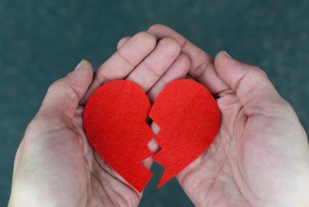 Coração partido nas mãos Foto Premium