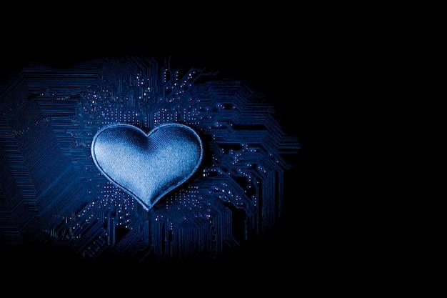 Coração pequeno na placa de circuito de computador. Foto Premium