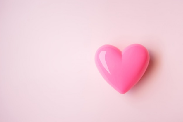 Coração rosa em fundo rosa para o dia dos namorados Foto Premium