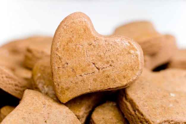 Coração saboroso em forma de biscoitos, closeup, padaria fresca Foto Premium