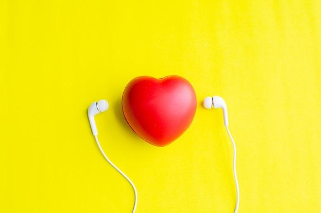 Coração vermelho com fone de ouvido Foto Premium