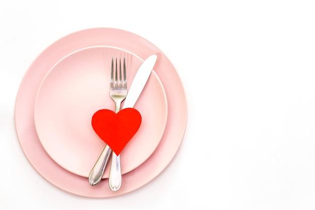 Coração vermelho e talheres Foto Premium
