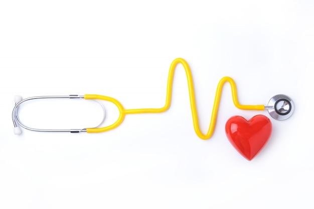 Coração vermelho e um estetoscópio no fundo branco Foto Premium