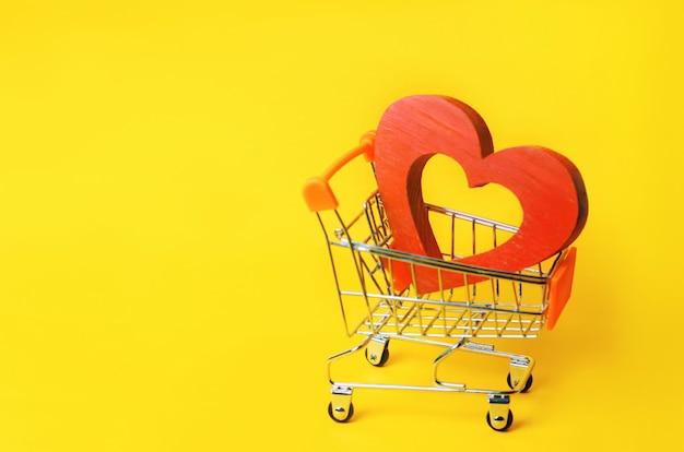 Coração vermelho no carrinho de supermercado Foto Premium