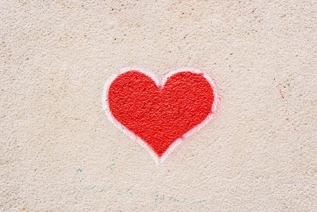 Coração vermelho pintado em uma parede, mensagem de amor. Foto Premium