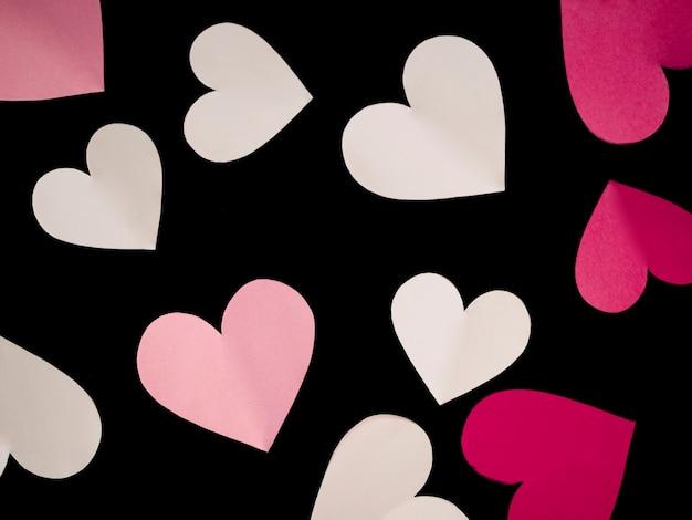 Corações coloridos de vista superior na mesa Foto gratuita