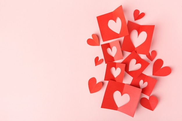 Corações de dia dos namorados de papel em rosa Foto gratuita
