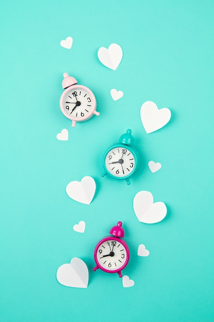Corações de papel branco, despertadores e nuvens. sainte valentine, dia das mães, cartões de aniversário, convite, conceito de celebração Foto Premium