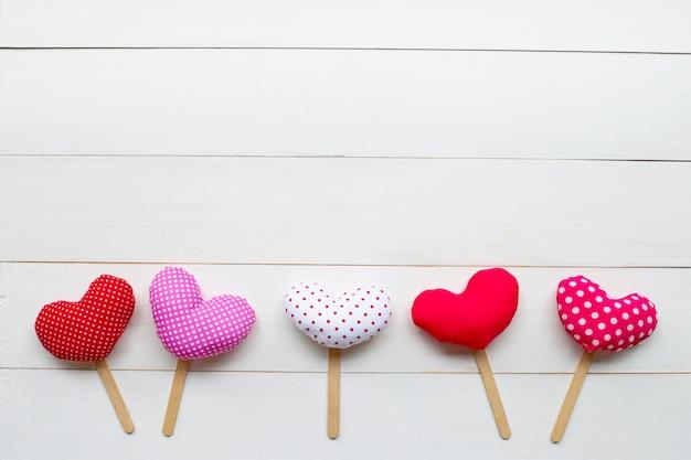 Corações do dia dos namorados em fundo branco de madeira. Foto Premium