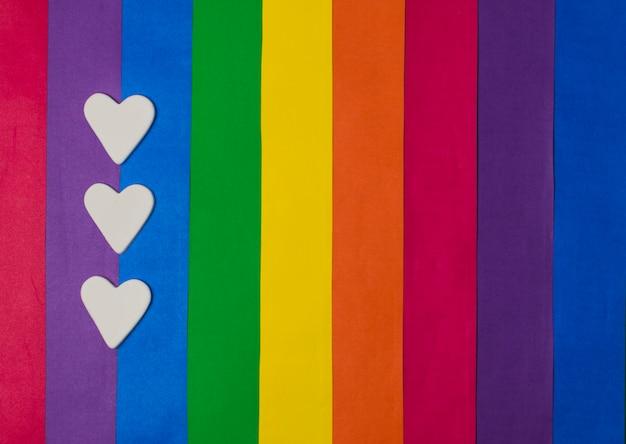 Corações e bandeira gay brilhante Foto gratuita